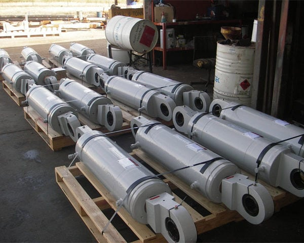 Pallets of hydraulic cylinders